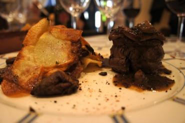 """Filet de boeuf """"rossini"""" avec sa sauce aux truffes et ses pommes sarladaises, 42€"""