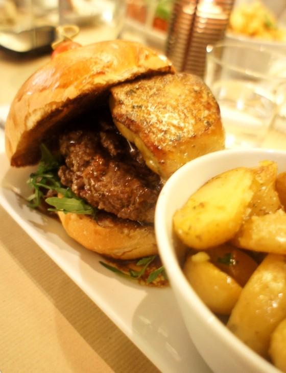 Burger de foie gras poêlé, boeuf, crème de truffe, compotée d'oignons rouges & roquette