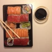 Les fameux sushis du dimanche soir (ok y'avait aussi 4 yakitoris)